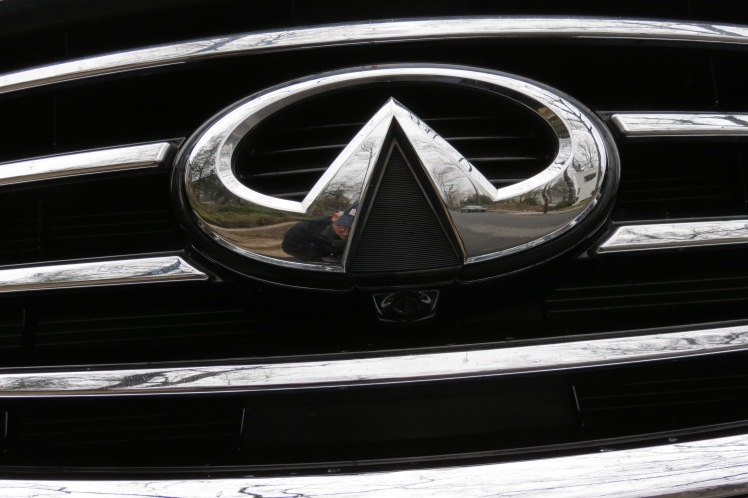 Infiniti Logo on the grill of the QX60.