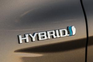 2018_Toyota_Camry_LE_Hybrid_03_291A080C9D9BCA2A2D7D8EE7A412740433B7FB8B