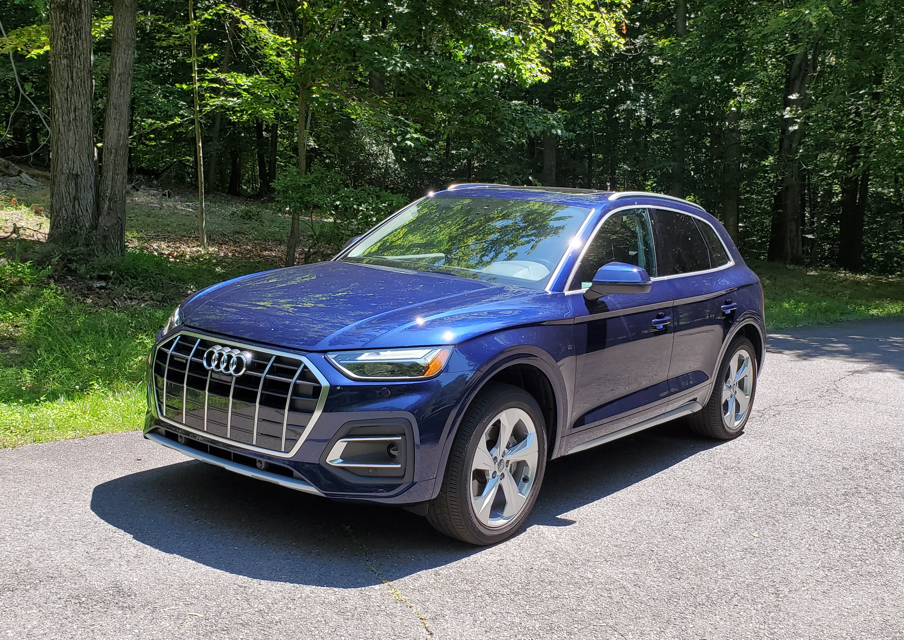 Audi Q5 shows off its large front grill and 19-inch five double arm bi-color finish cast aluminum wheels.